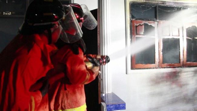 ชายคุ้มคลั่งเผาบ้านตัวเองวอด เจ้าหน้าที่แจ้งลงมือเผาหลายรอบแล้ว  (ชมคลิป)