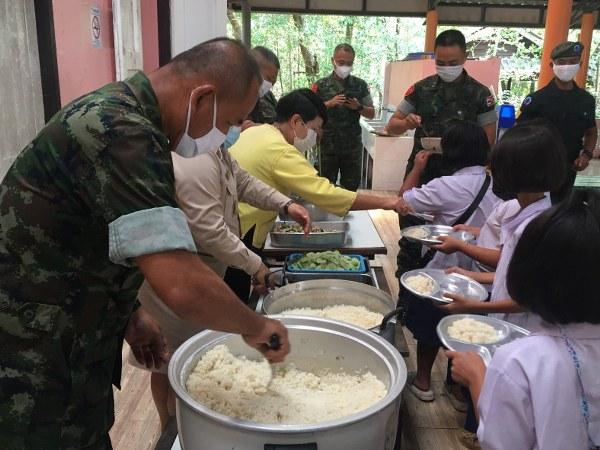 ทหารเรือจันทบุรีและตราด ร่วมแบ่งปันความสุขเลี้ยงอาหารกลางวันเด็กนักเรียน  (ชมคลิป)