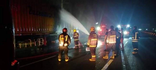 รถบรรทุกเทเลอร์ทำเสียว เบรคล๊อคแล้วเกิดการเสียดสีทำให้ไฟลุกไหม้ล้อยาง กลางถนนพหลโยธิน