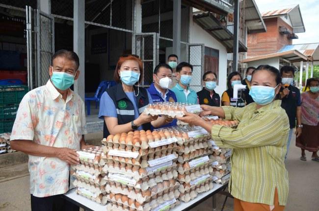 กาฬสินธุ์แจกไข่ไก่ช่วยประชาชนที่ได้รับผลกระทบจากโควิด ยังคงพบผู้ป่วยเพิ่มอีก 3 ราย (ชมคลิป)