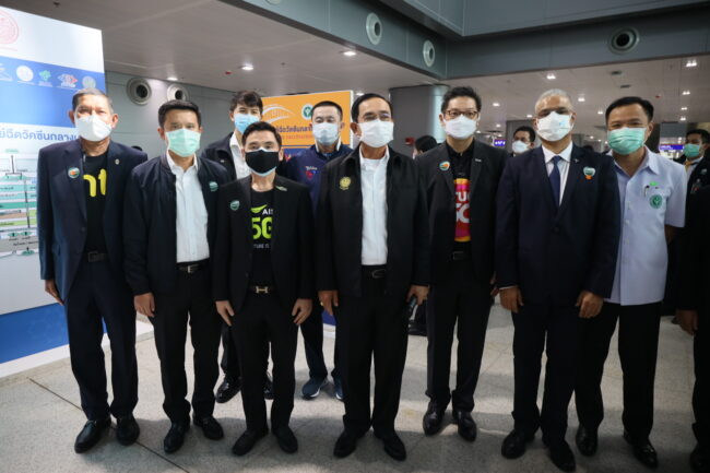 พลเอกประยุทธ์ จันทร์โอชา นายกรัฐมนตรี (ที่หกจากซ้าย) พร้อมด้วยนายอนุทิน ชาญวีรกูล รัฐมนตรีว่าการกระทรวงสาธารณสุข (ขวา) ลงพื้นที่ตรวจเยี่ยมการให้บริการฉีดวัคซีนที่ศูนย์ฉีดวัคซีนกลางบางชื่อ ณ สถานีกลางบางชื่อ โดยมีนายศักดิ์สยาม ชิดชอบ รัฐมนตรีว่าการกระทรวงคมนาคม (ที่ห้าจากซ้าย) นายชัยวุฒิ ธนาคมานุสรณ์ รมว.ดิจิทัลเพื่อเศรษฐกิจและสังคม (ดีอีเอส) (ที่สองจากซ้าย) นายชารัด เมห์โรทรา ประธานเจ้าหน้าที่บริหาร บริษัท โทเทิ่ล แอ็คเซ็ส คอมมูนิเคชั่น จำกัด (มหาชน) หรือดีแทค (ที่แปดจากซ้าย) พร้อมด้วยทีมผู้บริหารเอไอเอส ทรู และบริษัท โทรคมนาคมแห่งชาติ จำกัด (มหาชน) (NT) ให้การต้อนรับ