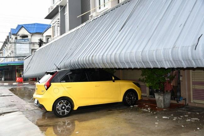 พายุฝนถล่มกันสาดตึกแถวกลางเมืองศรีสะเกษ พัง 7 คูหา ทับรถเก๋งเสียหาย ไม่มีผู้ได้รับบาดเจ็บและเสียชีวิต (มีคลิป)