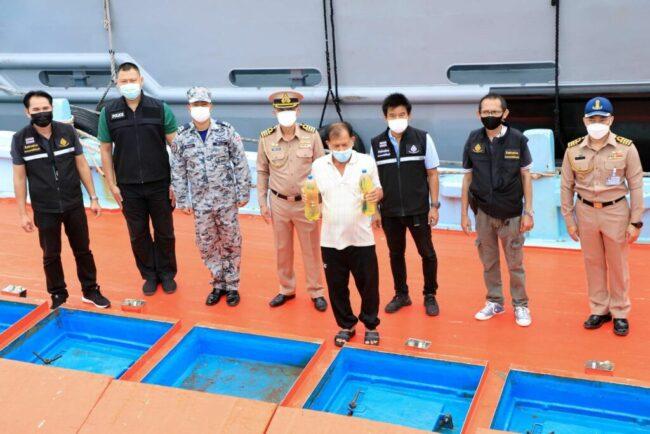 จับเรือประมงรับจ้างขนน้ำมันดีเซลเถื่อน 50,000 ลิตร จากเรือใหญ่กลางทะเลเข้าไทย