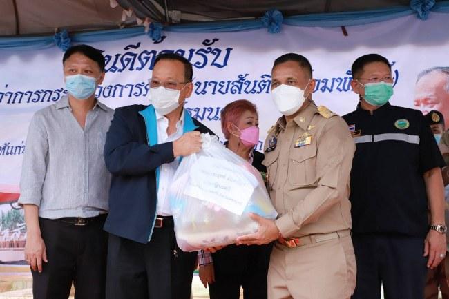 """""""สันติ พร้อมพัฒน์"""" มอบถุงยังชีพช่วยเหลือชาวหล่มสัก และหล่มเก่า ที่ประสบภัยน้ำท่วม"""